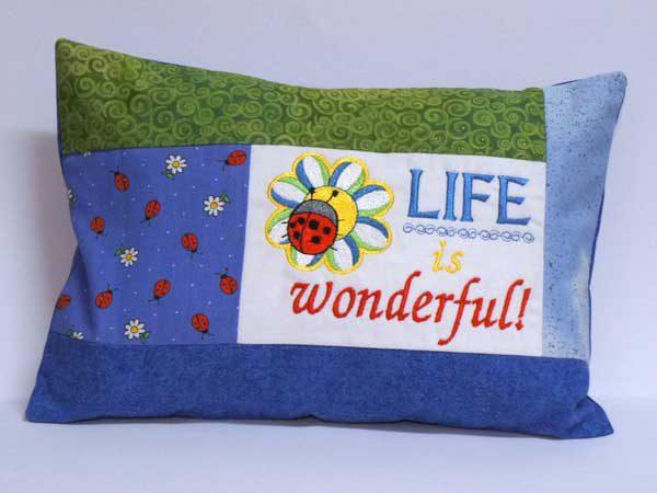 Besticktes Kissen - Life is wonderful | blau, grün, Marienkäfer
