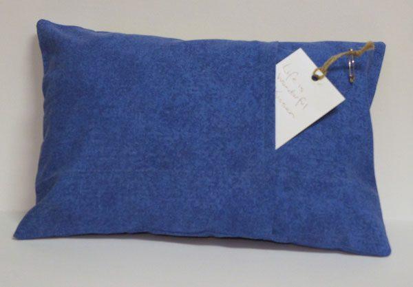 Besticktes Kissen - Rückseite blau mit Hotelverschluss