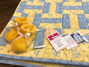 """Handgemachte Babydecke blau und gelb """"Birds and Bees"""""""