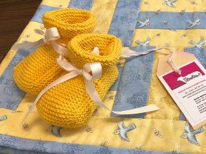 Handgestrickte Babyschuhe gelb