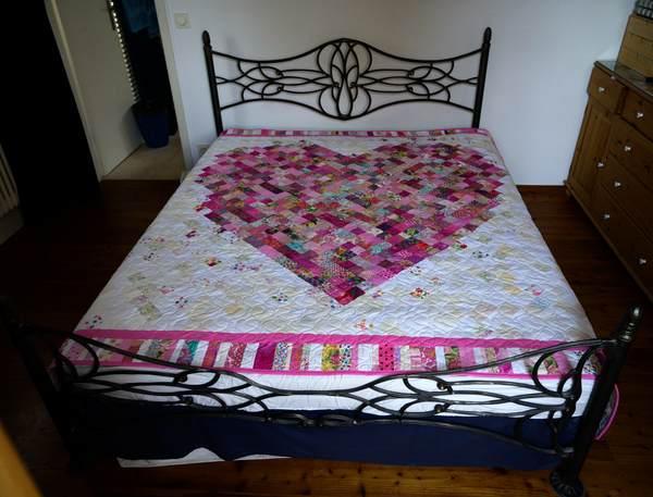 Patchwork-Decke auf Bett