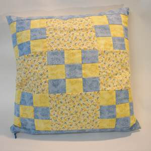 Patchworkkissen in blau und gelb