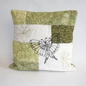 Kissen in grün und weiß - mit Schmetterling bestickt